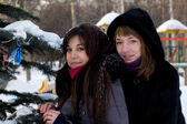 Two female friends walking in park in winter — Stock Photo