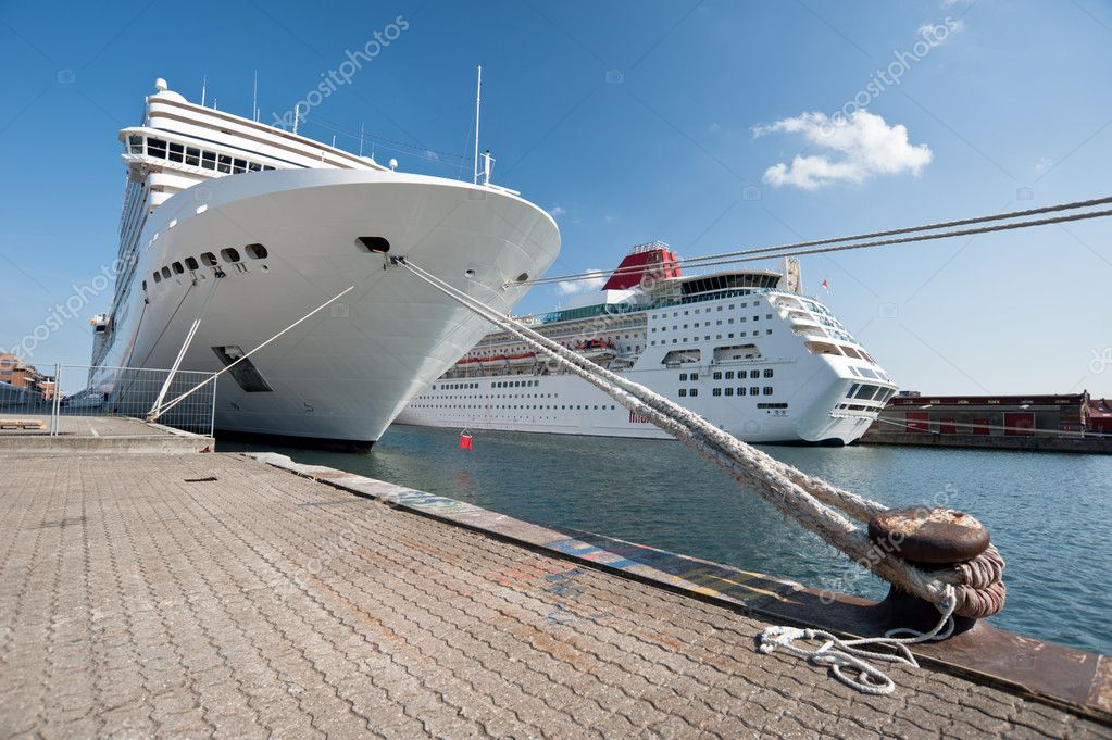 Cruise ship standing at the berth — Stock Photo #8961998