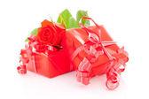 Rote geschenke und rose — Stockfoto