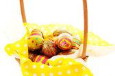 Sepet içinde closeup paskalya yumurtaları ve — Stok fotoğraf
