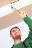 電気技師固定天井灯 — ストック写真
