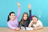 Três meninas felizes fazendo o seu trabalho da escola — Foto Stock