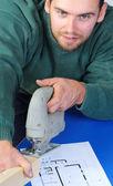 Madera del carpintero real corte con sierra caladora eléctrica — Foto de Stock