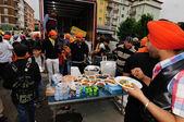 Sikh sharing food at 2012 Baisakhi festival in Brescia — Stock Photo