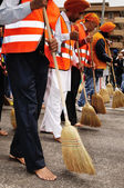 Sikh devotees sweep the road barefooted at 2012 Baisakhi festival in Brescia — Stock Photo