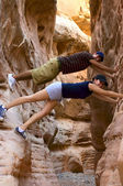 Two teenage hikers taking a break and having fun inside a canyon in Nevada — Stockfoto