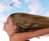 Voando a menina com o cabelo bonito — Foto Stock