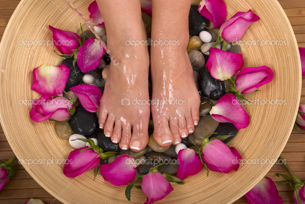 Being pampered by beautiful aromatic pink roses and therapeutic mineral water bath — Stock Photo #9508846
