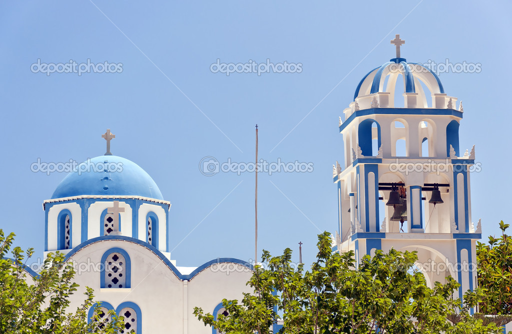 One of the many blue domed churches that adorn the greek island of santorini. — Stock Photo #9560380