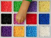 Kind spielt mit spielzeug-perlen — Stockfoto