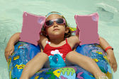 Child in pool relaxing — Stockfoto