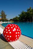 Pelota de playa roja en piscina — Foto de Stock