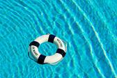 Bóia de vida flutuando na piscina — Foto Stock