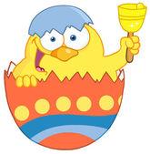 Asoma feliz pollito amarillo de un huevo de pascua y una campanilla — Foto de Stock