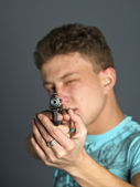 Uomo puntando una pistola — Foto Stock