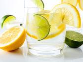 Bebidas con limón y lima. — Foto de Stock