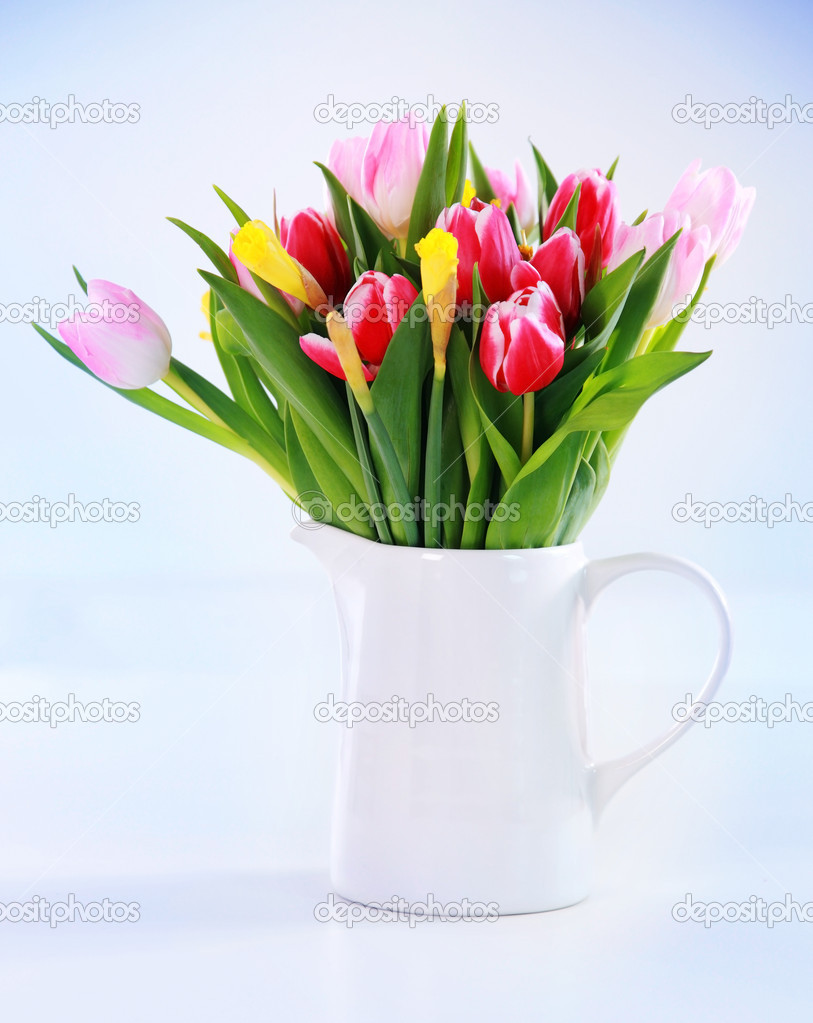 Home appliance - beautiful spring flowers in vase on the table — Stock Photo #9099744