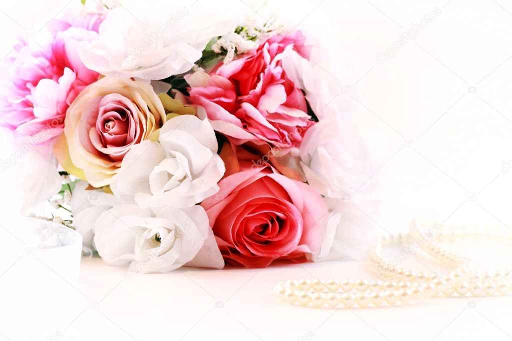 Wedding bouquet with pearl necklace — Stock Photo #9099831