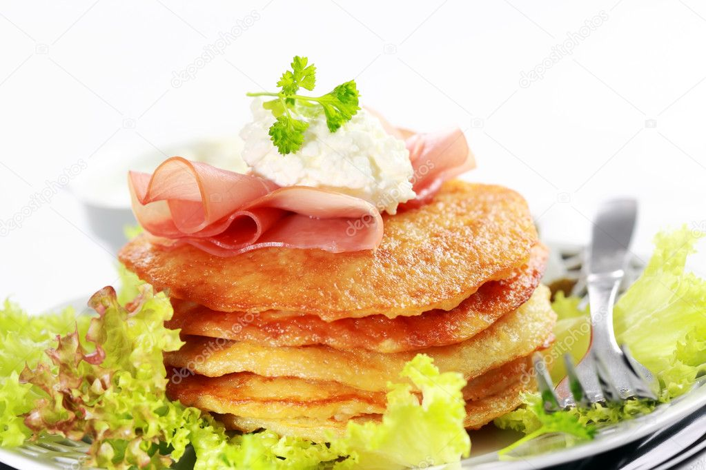 Delicious potato pancakes with curd cheese and herbs — Stock Photo #9353138