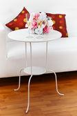 Vin mousseux avec bouquet sur la table d'appoint — Photo