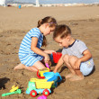 Kids playing on the beach — Stockfoto