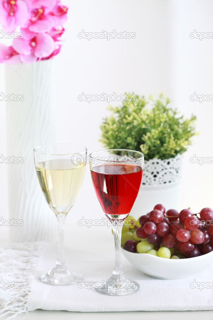 Two glasses of wine with grapes on the table — Stock Photo #9825976