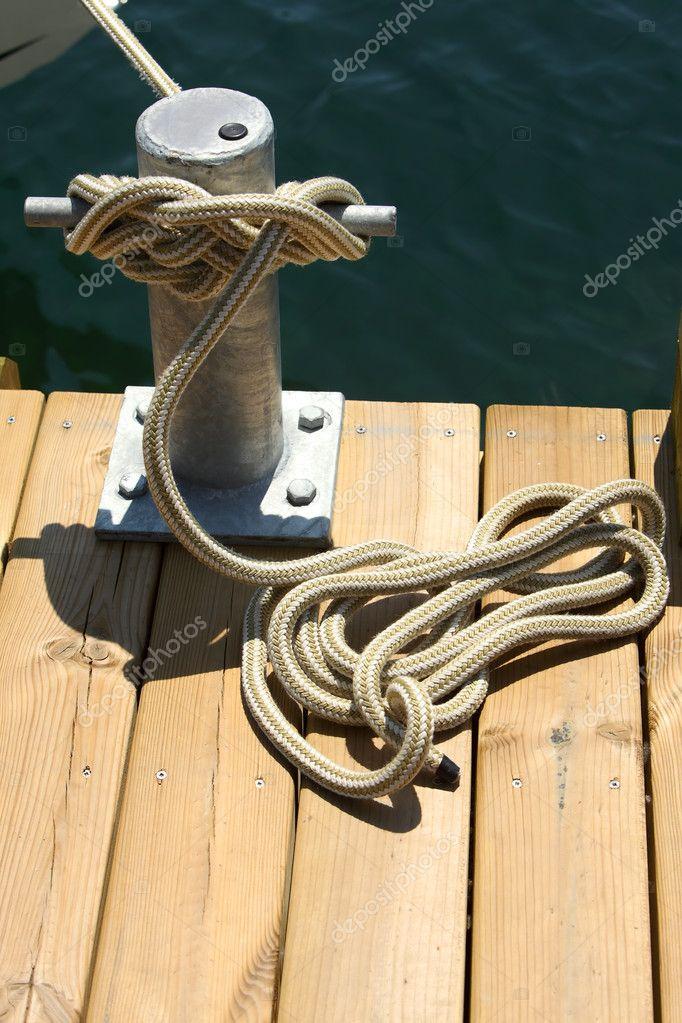 привязать трос к лодке