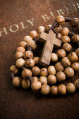 Wooden rosary on the Bible — 图库照片