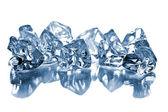 Les cubes de glace sur la table en verre — Photo