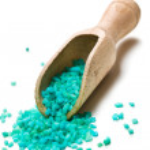 Green bath salt with wooden scoop — Stock Photo