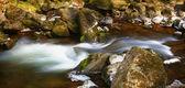 岩の間のぼやけ川 — ストック写真