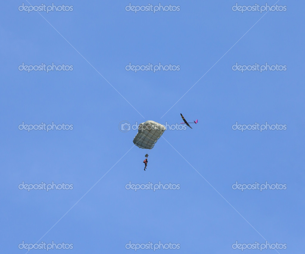 RC glider flies around jumper in the blue sky — Stock Photo #10534934