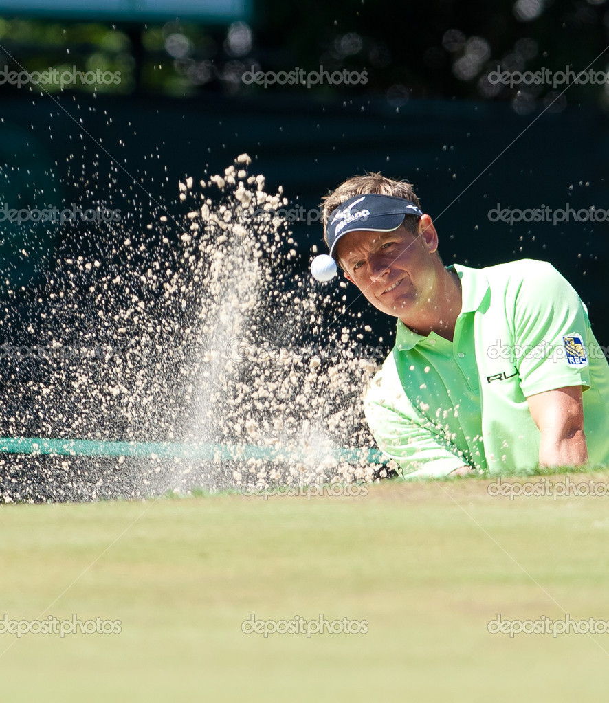 BETHESDA, MD - JUNE 15: Luke Donald blasts a sand shot at Congressional during the 2011 US Open on June 15, 2011 in Bethesda, MD.  Foto Stock #9112505