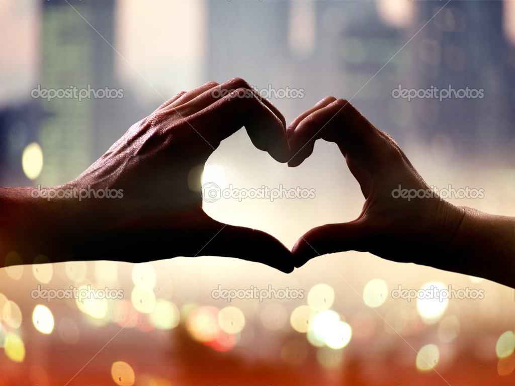 Silhouette of hands in form of heart when sweethearts have touched — Stock Photo #8408070