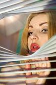 Mirando a través de persianas — Foto de Stock