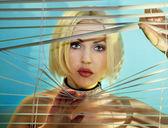 Mujer busca a través de persianas — Foto de Stock