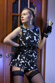 Rijke vrouw in zwarte jurk — Stockfoto
