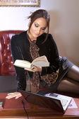 Женщина с книгой — Стоковое фото
