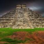 Burza w kukulkan piramidy w chichen itza — Zdjęcie stockowe