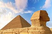 Esfinge y la pirámide de chefren en giza — Foto de Stock