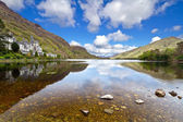 Kylemore Abbey in Connemara mountains — Stok fotoğraf
