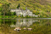 Kylemore Abbey in Connemara mountains — Stock Photo