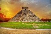 Kukulkan piramidy w chichen itza w zachód słońca — Zdjęcie stockowe