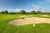 Golf ball op de prachtige golfbaan — Stockfoto