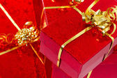 κόκκινο δώρο κουτιά με χρυσή κορδέλα — Φωτογραφία Αρχείου