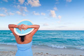 Woman in hat relaxing on holiday — Stock Photo
