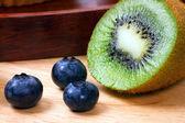 Bleuets et la moitié de kiwi — Photo