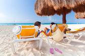 Güneş şemsiyesi altında tatil — Stok fotoğraf