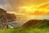 Fantastisk solnedgång vid klipporna i moher — Stockfoto