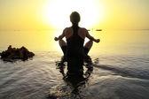 Lotus poz sunrise adlı kadın — Stok fotoğraf